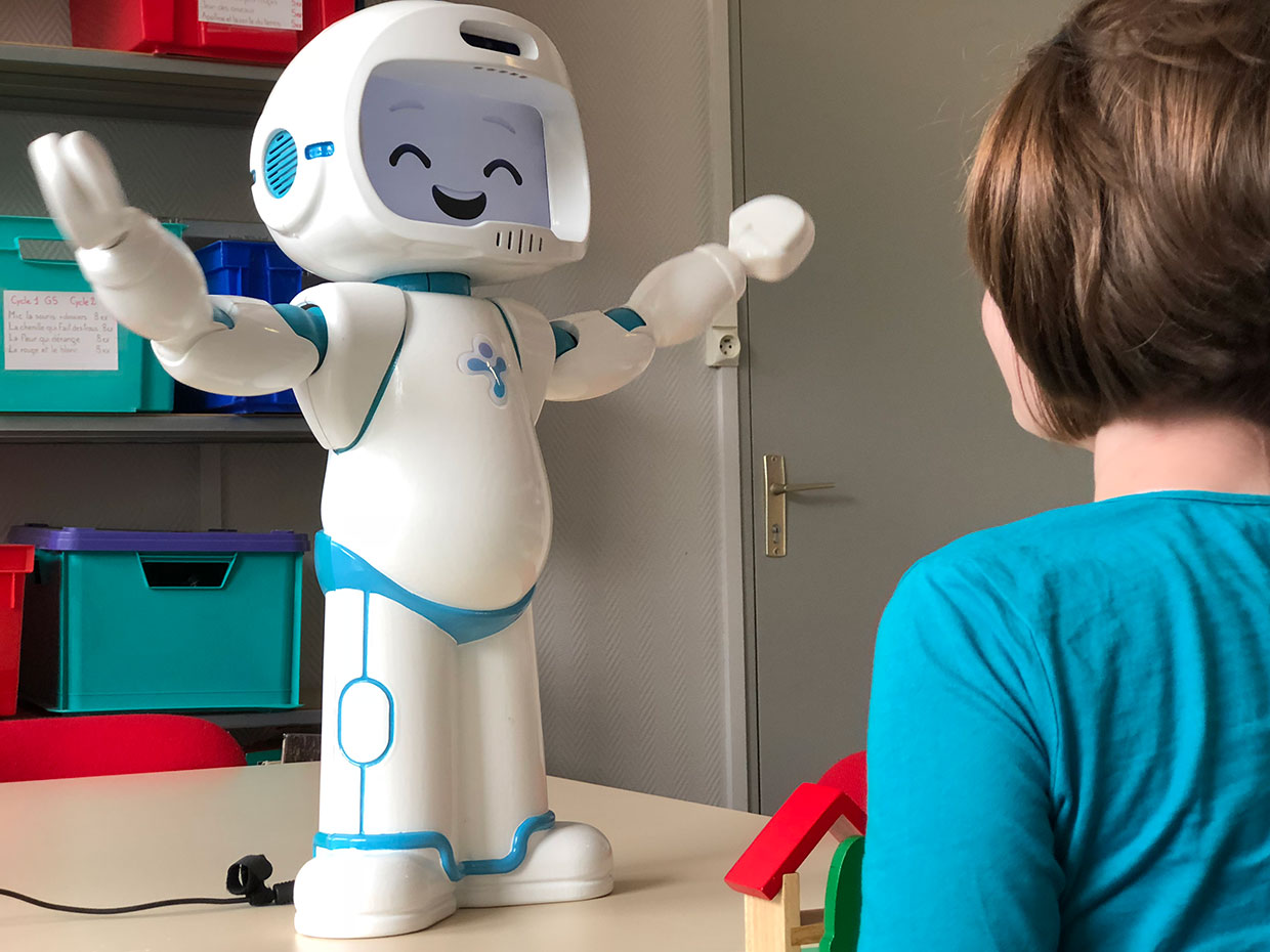 The interaction between a social robot and young patients